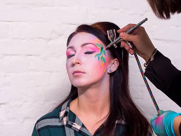 helle und farbenfrohe bodyart - airbrush make up stock-fotos und bilder
