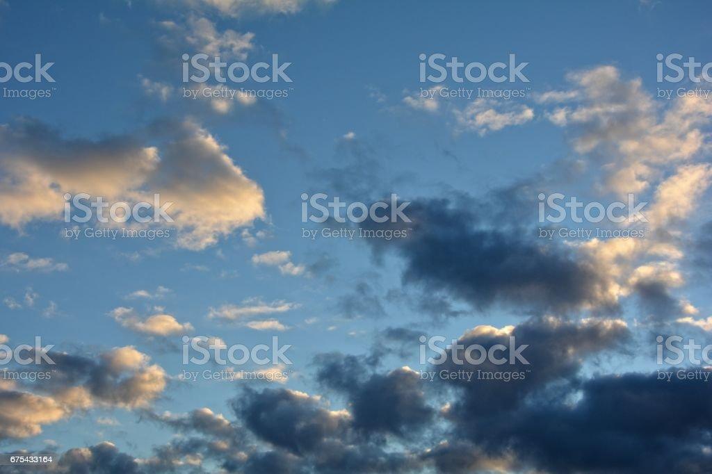 Parlak ve karanlık bulutların üstünde mavi gökyüzü royalty-free stock photo