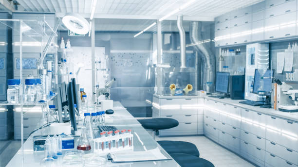 Bright and Ultra Modern High Tech Laboratory Full of Advanced Technological Wonders, Computers, Analyzing Machines, Test Tubes and Beakers. - foto stock