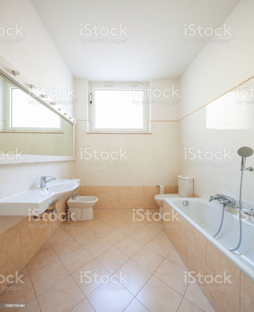 Helles Badezimmer Mit Fliesen Stockfoto und mehr Bilder von Architektur