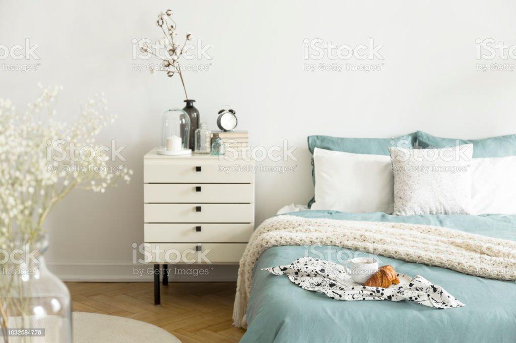 Slaapkamer Groen Wit : Een lichte slaapkamer interieur met sage groen en wit beddengoed