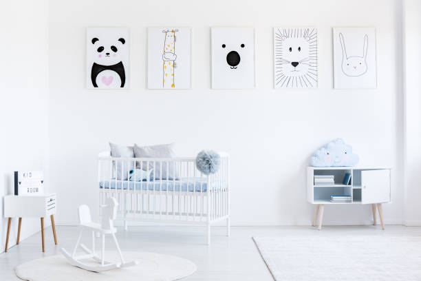 helle schlafzimmer mit schaukelpferd - pferde schlafzimmer stock-fotos und bilder
