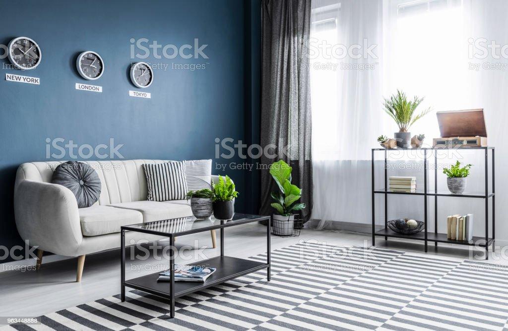 Salon bleu lumineux intérieur - Photo de Ameublement libre de droits