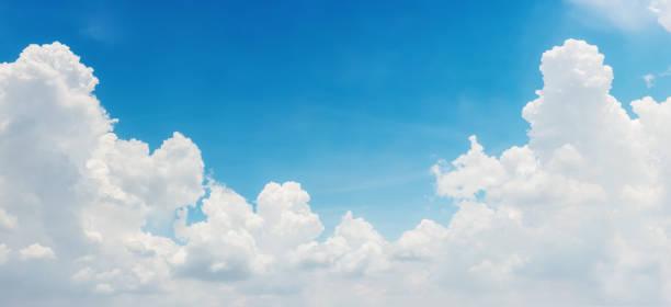 bright blue sky and white clouds, panoramic angle view - grandangolo tecnica fotografica foto e immagini stock