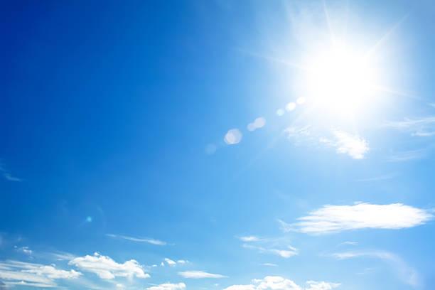 鮮やかな青い空と太陽レンズフレアの発生 - 太陽の光 ストックフォトと画像
