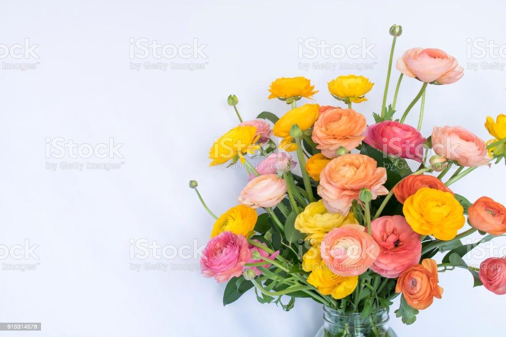 Foto De Brilhante Bouquet De Floresderosa Amarelo Laranja Pessego Ranunculus E Mais Fotos De Stock De Alegria Istock