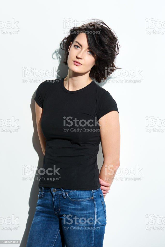 Helle Brünette Frau im schwarzen t-Shirt – Foto