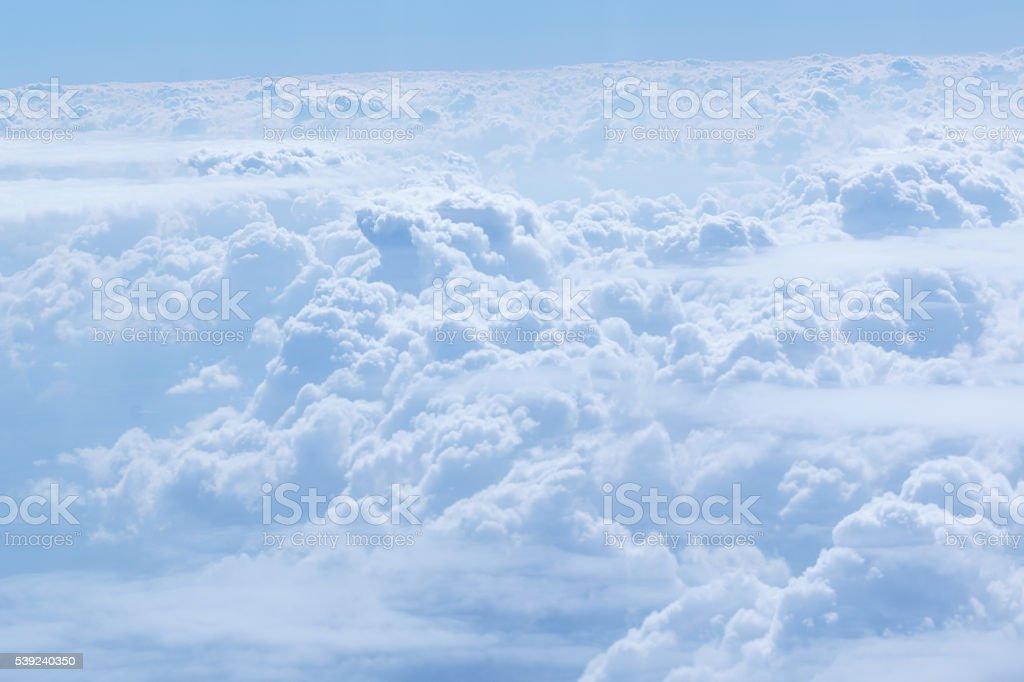 Nubes con cielo azul brillante foto de stock libre de derechos