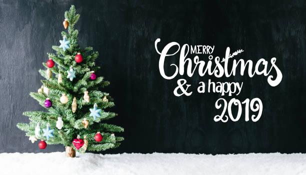 bright bunt dekorierte baum, kalligraphie frohe weihnachten und glückliches 2019 - texte zu weihnachten stock-fotos und bilder