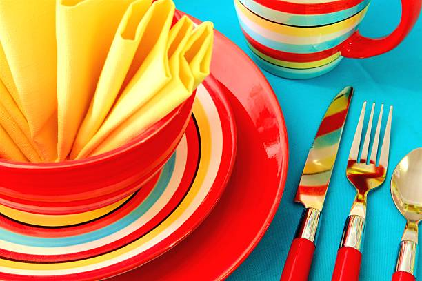 helle bunte gedeck auf rote, gelbe und türkis - roten küchentische stock-fotos und bilder