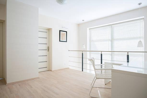 hellen korridor auf der mezzanine-etage - malerei türen stock-fotos und bilder