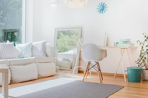 habitación bien iluminada y acogedora habitación - estilo de vida austero fotografías e imágenes de stock