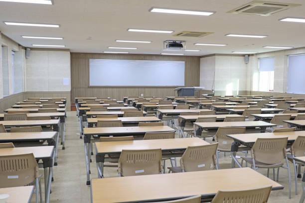 helle leeren klassenzimmer - tageslichtbeamer stock-fotos und bilder