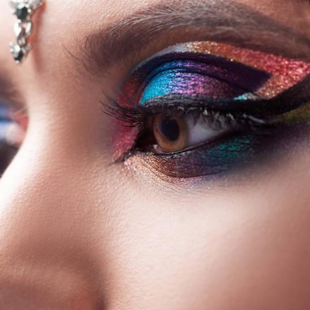 Maquillaje de ojos brillantes, maquillaje glamoroso en estilo oriental, imagen de moda glamorosa - foto de stock
