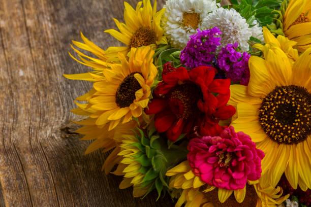 heldere herfst boeket - bloemstuk stockfoto's en -beelden
