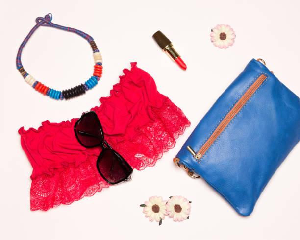 hellen mode damen accessoires für den sommer gehen - spitzen crop tops stock-fotos und bilder