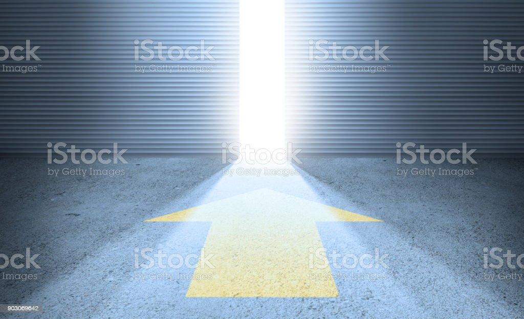 Glänzende Zukunft. Pfeil, offene Tür und Lichtstrahl – Foto