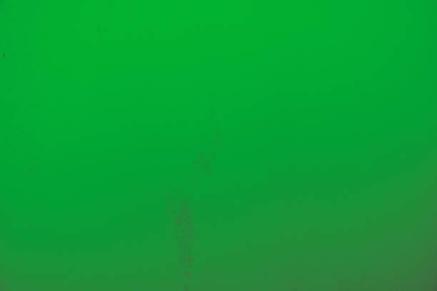 Leuchtend grüner Hintergrund, Steinwand in knalligem grün und leichtem Farbton Verlauf. – Foto