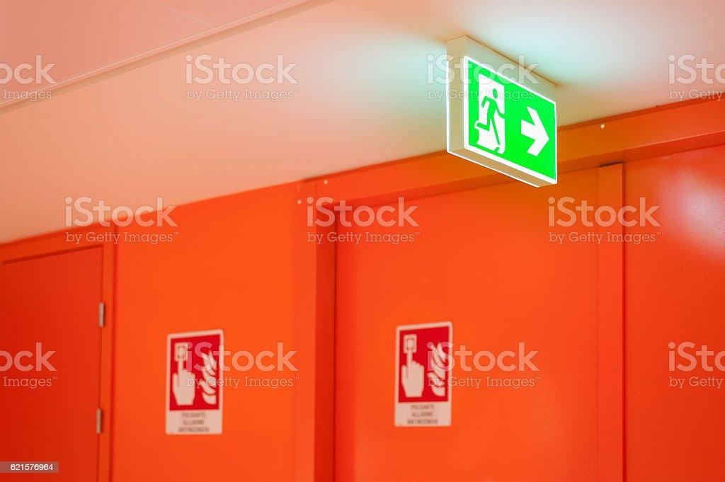 Bright green safety exit signal. photo libre de droits