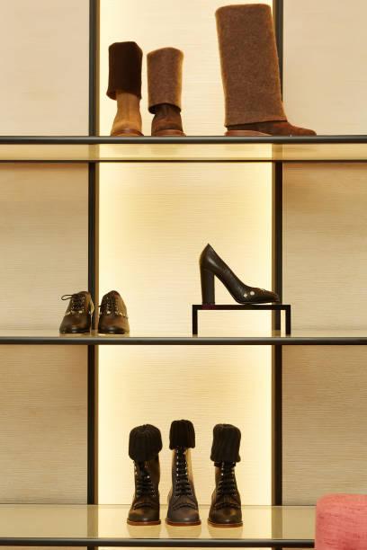 helle große luxus-schuh-shop mit neuer kollektion - schuhschrank günstig stock-fotos und bilder