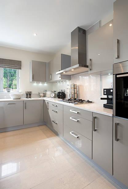 luce cucina grigio chiaro - argento metallo caffettiera foto e immagini stock