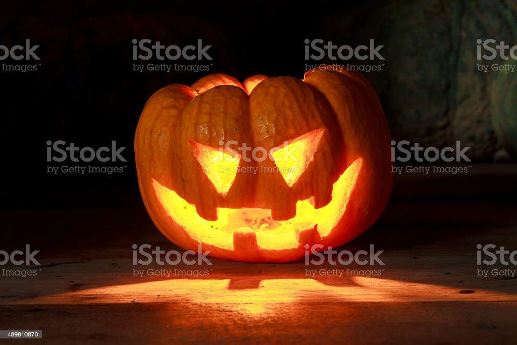 Luz brillante en pumpkins en madera y pumpkins de fondo. - foto de stock