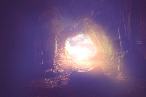 helder licht schijnen tot de ingang van de donkere grot, heilige bijbel concept. - graftombe stockfoto's en -beelden