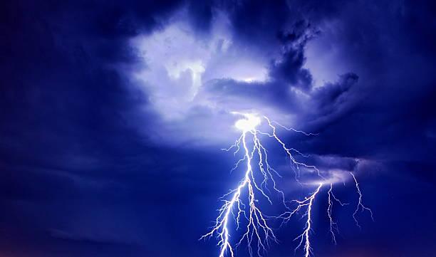 яркая молния с clouds - lightning стоковые фото и изображения