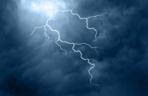 Helle Blitze leuchten von dunklen Wolken – Foto