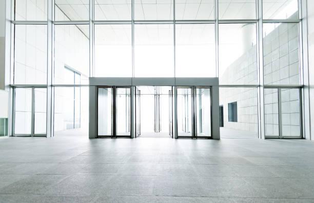 モーデン オフィスビルの明るいロビーします。 - 玄関 ストックフォトと画像