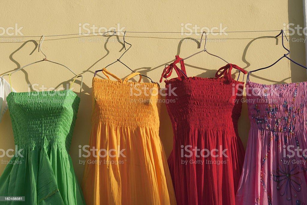 Color brillante sol mexicano vestidos al turista centro comercial Hz foto de stock libre de derechos