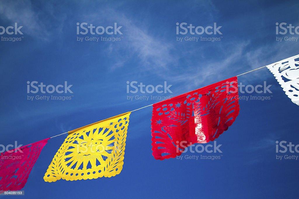 Habitación bien iluminada de Fiesta mexicana contra el cielo azul Banderas Fly - foto de stock