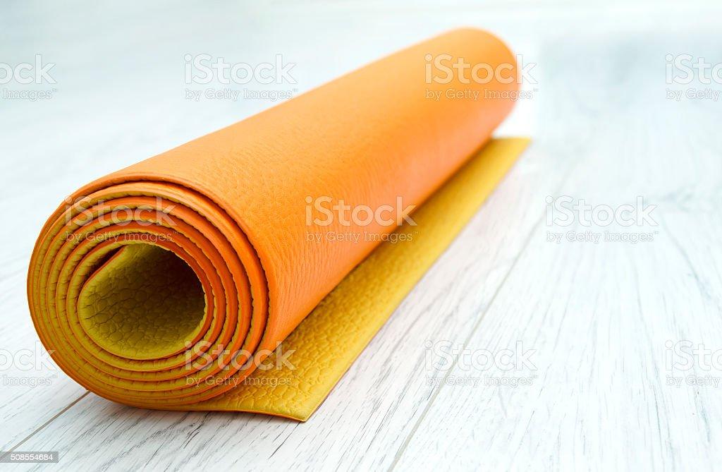 Arancio Brillante Su Un Tappetino Da Yoga In Laminato Grigio Chiaro ...