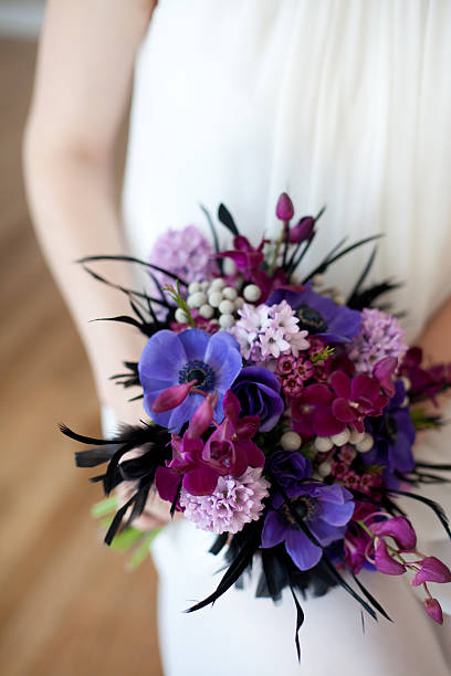 strahlend lila hochzeitbouquet - brautstrauß aus holz stock-fotos und bilder