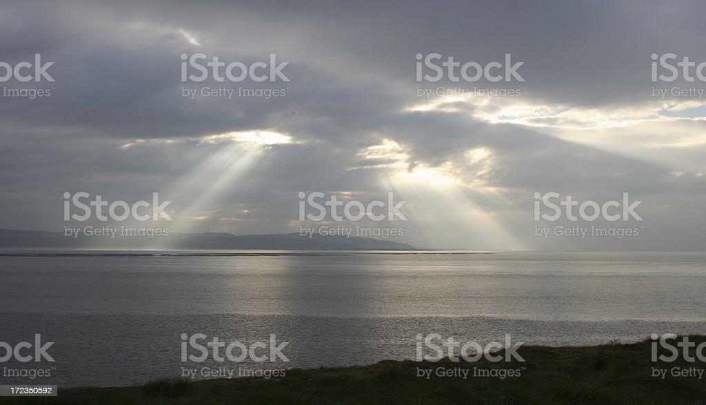 Brillante rayos del sol en el cielo oscuro foto de stock libre de derechos