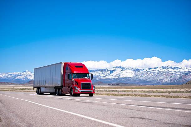 Camion semi rosso sulla spettacolare autostrada highway moderno trasporto - foto stock