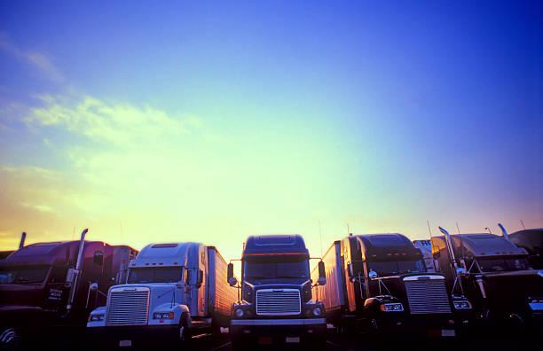 Cielo luminoso Semi-Camion - foto stock