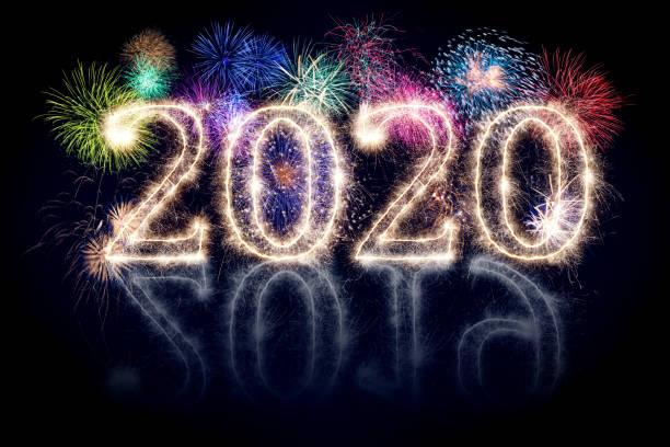 helle funkelnde pyrotechnische Feuerwerk Nummer 2020 glücklich neues Jahr sylvester Konzept isoliert schwarzen Hintergrund – Foto