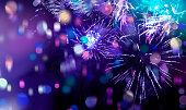 明るく輝くマルチカラーの花火と紙吹雪