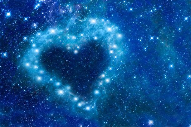 Helle Sterne in den Nachthimmel in Form eines Herzen, romantische magische Nacht, Liebe und Valentinstag-Karte angeordnet – Foto