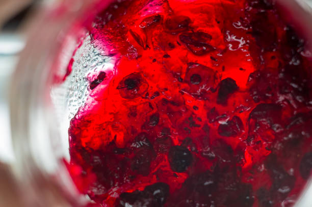 hellen durchscheinenden roten johannisbeeren marmelade in ein glas - ribiselmarmelade stock-fotos und bilder