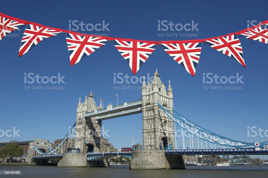 Brilhante união Jack Bunting paira sobre a Ponte da Torre de Londres - foto de acervo