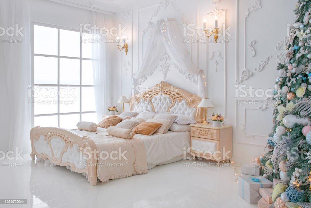 Photo libre de droit de Intérieur De Chambre À Coucher Blanc Vif Avec Des  Lumières Et Décor De Noël Nouvel An Des Arbres banque d\'images et plus ...