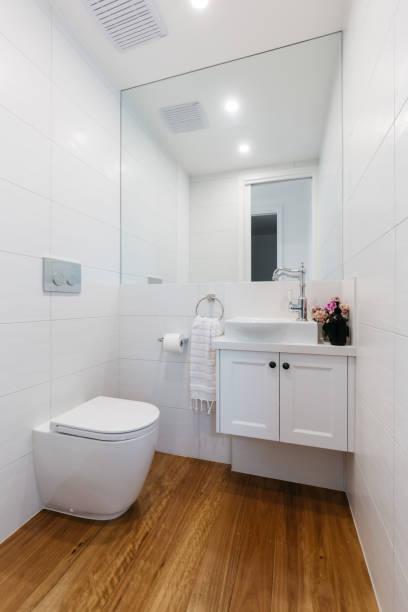 helle weiße zeitgenössische puderraum - badezimmer new york style stock-fotos und bilder