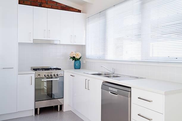 weiße modernes apartment mit küche - laminatschränke stock-fotos und bilder