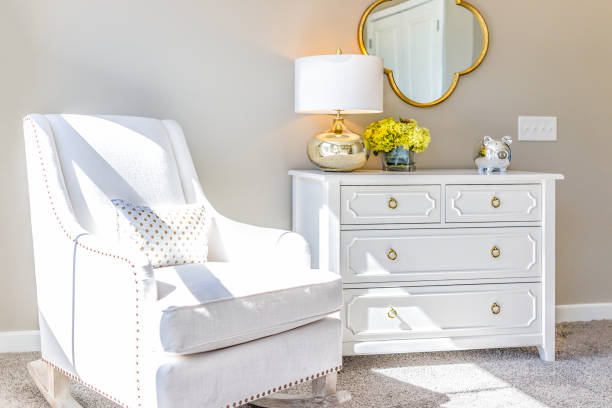helle weiße moderne schaukelstuhl im kinderzimmer mit kommode, dekorationen im modell inszenierung haus, wohnung oder haus - schubladenkommode weiß stock-fotos und bilder