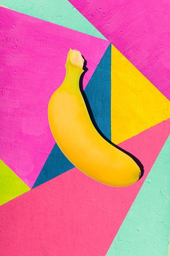 Plátano Amarillo Brillante Sobre Fondo Geométrico De La Pared Con Tonos Brillantes De Foto de stock y más banco de imágenes de Abstracto