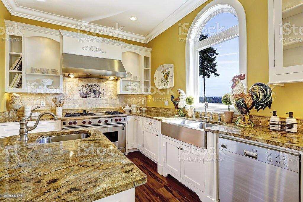 Luminosa Camera Gialla Con Cucina Top In Granito E Di ...