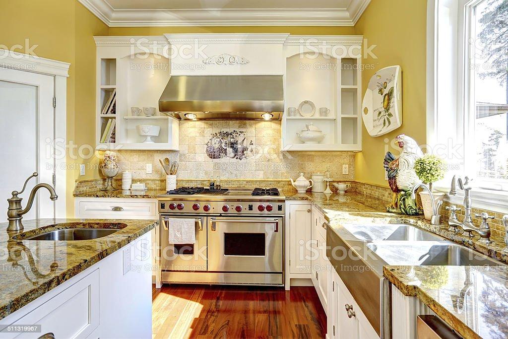 gabinetes de cocina de color amarillo brillante Amarillo Brillante Cocina Con Encimeras De Granito Foto De