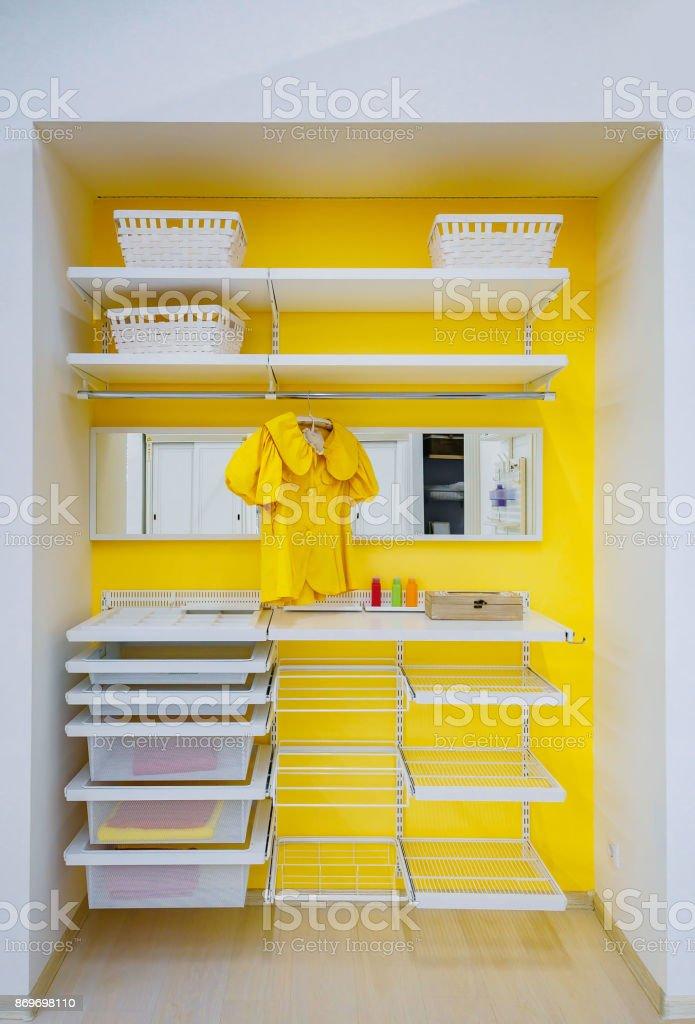 leuchtend gelb walk - in Wandschrank mit Kleidung und Regal, Lagerplatz, Box zu Hause – Foto